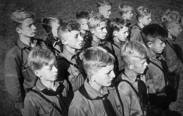 Москвичам предложили постричься под Гитлера. Как так вышло