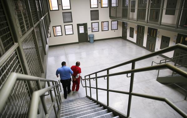 «Мы продаём эти услуги так же, как бургеры»: История и будущее частных тюрем