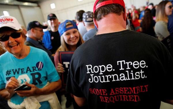 Walmart изъял из продажи футболки с оскорбляющим журналистов принтом