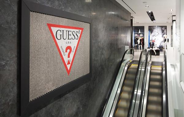 Акции Guess рухнули после обвинений основателя в харассменте