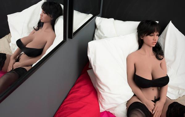 «Только на лицо не кончайте»: Репортаж из борделя с секс-куклами Dolls Hotel