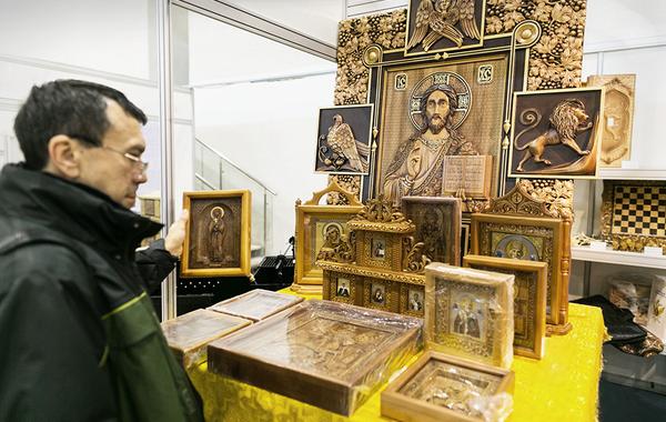 Трон, чум, иконы: Как заключённые зарабатывают деньги для ФСИН