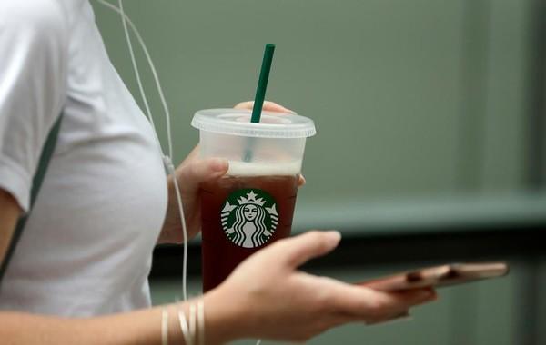 Starbucks откажется от пластиковых трубочек