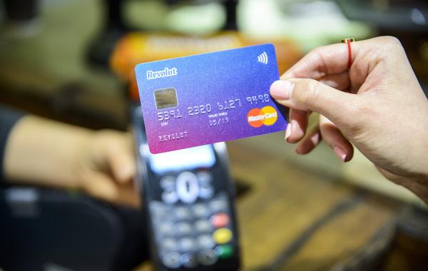 Банк Revolut заподозрил, что через него отмывают деньги