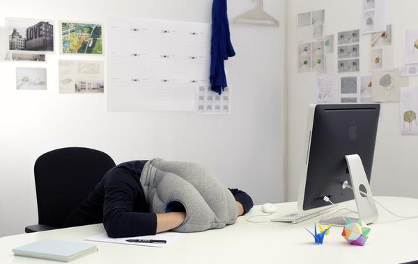 Больше половины работников офисов в России спят на рабочем месте