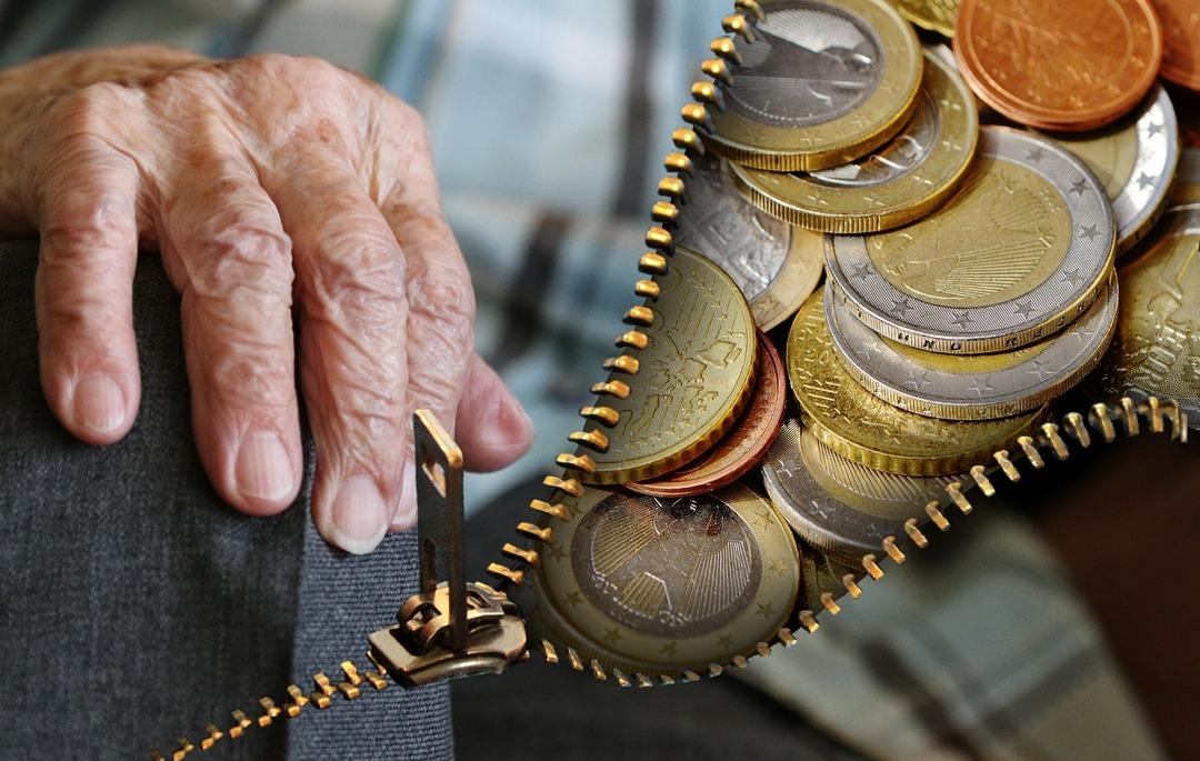 Сотрудница ПФР начислила своему отцу лишние 3,5 млн рублей пенсии