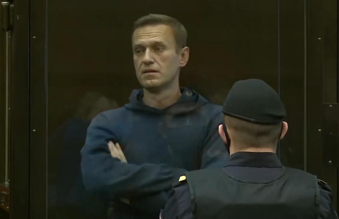 Навальному заменили условный срок на реальный. Его отправили в колонию