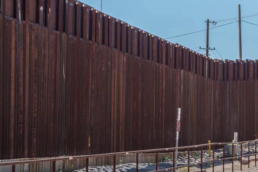 Байден остановил финансирование строительства стены Трампа. На неё уже потратили $6 млрд