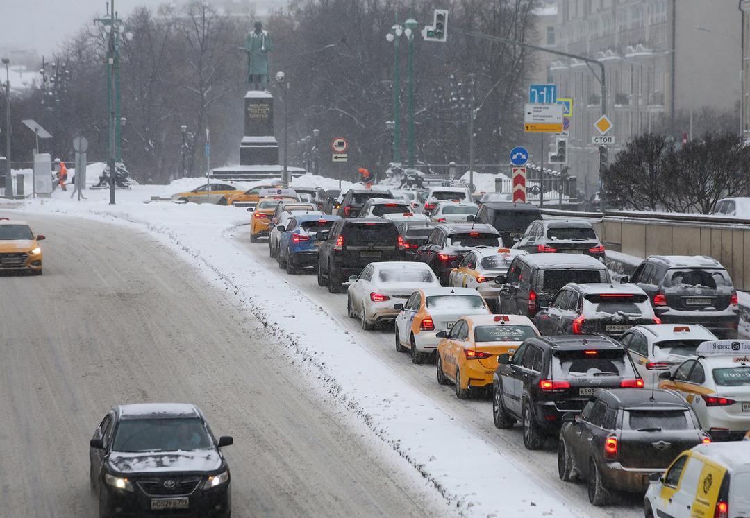 Яндекс.Такси и Ситимобил обвинили в завышении цен из-за снегопада. В ответ они пожаловались на нехватку водителей