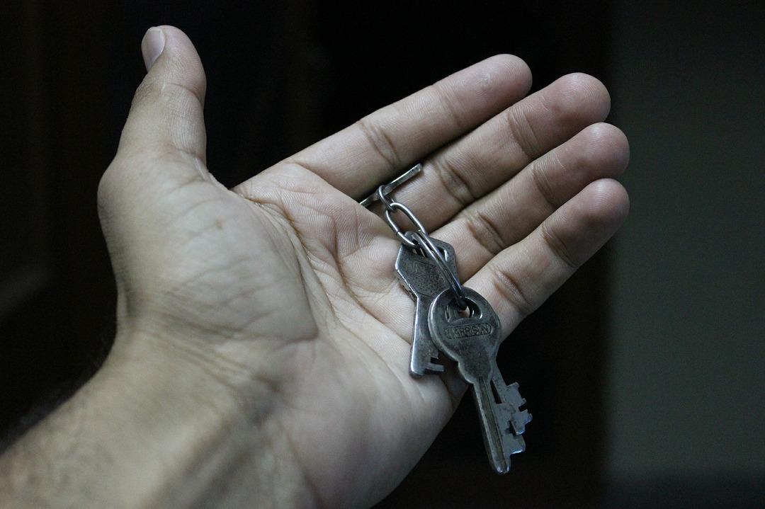 Российский борец со взяточниками получал в подарок квартиры от чёрных риэлторов. Их отбирали у женщин с детьми