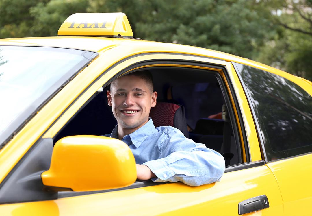 Россияне массово захотели стать таксистами
