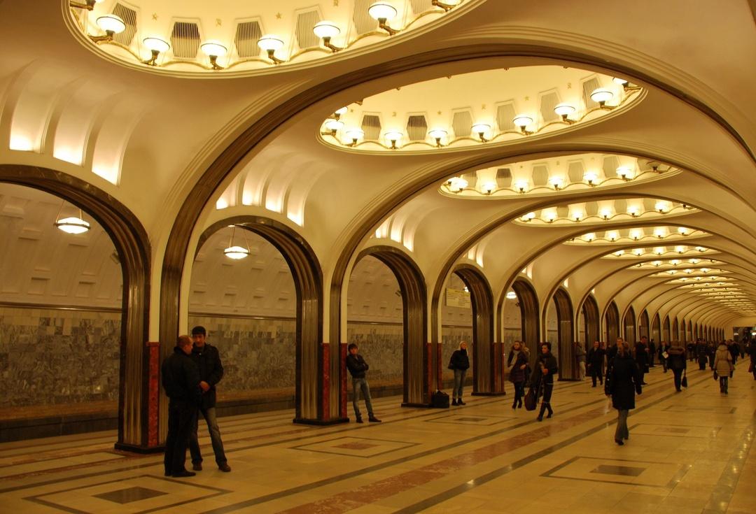 В Москве потратят 1 млрд рублей на экраны в метро. Они будут следить за праздношатаниями