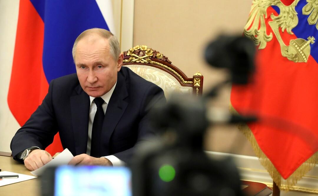 Путин поручил правительству разобраться с зарплатами бюджетников
