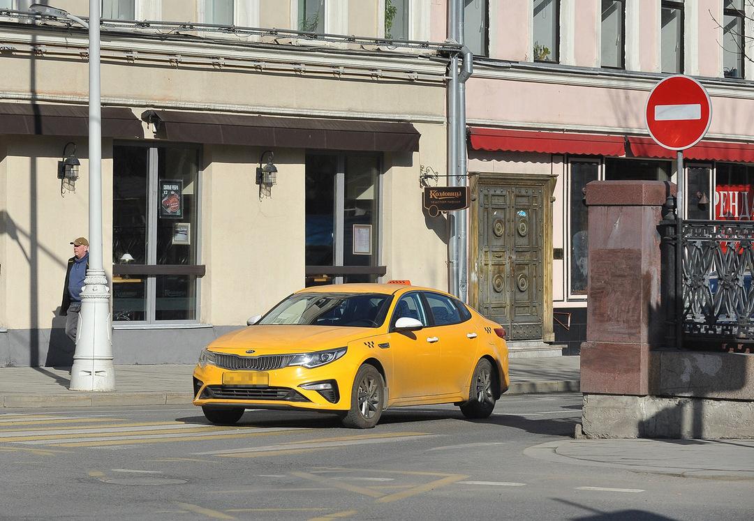 Такси предрекли уход в серую зону из-за подорожания страховки