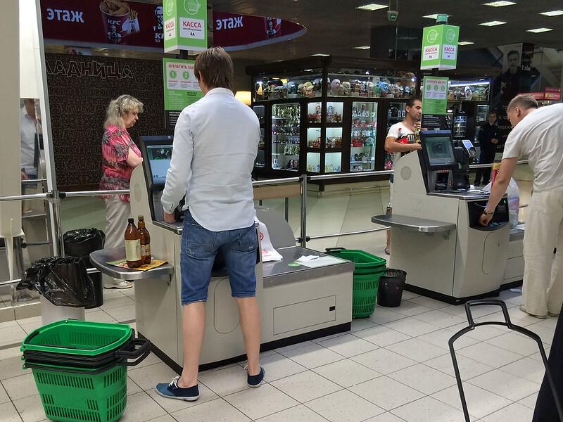 Россиянам начали выдавать деньги в магазинах и ресторанах
