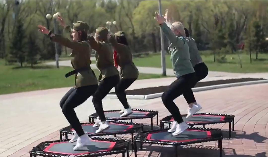 Российский фитнес-клуб обвинили в прыжках на костях из-за ролика с танцами возле мемориала Победы