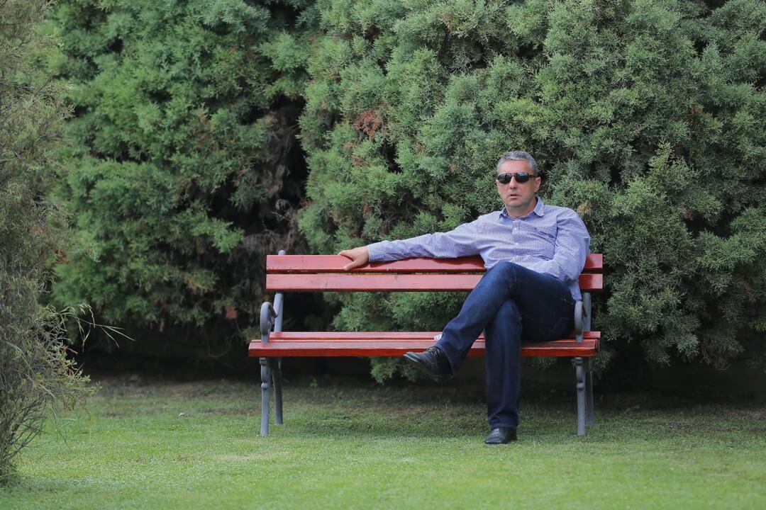 Москвичей начали штрафовать на 4 тысячи рублей за сидение на скамейках