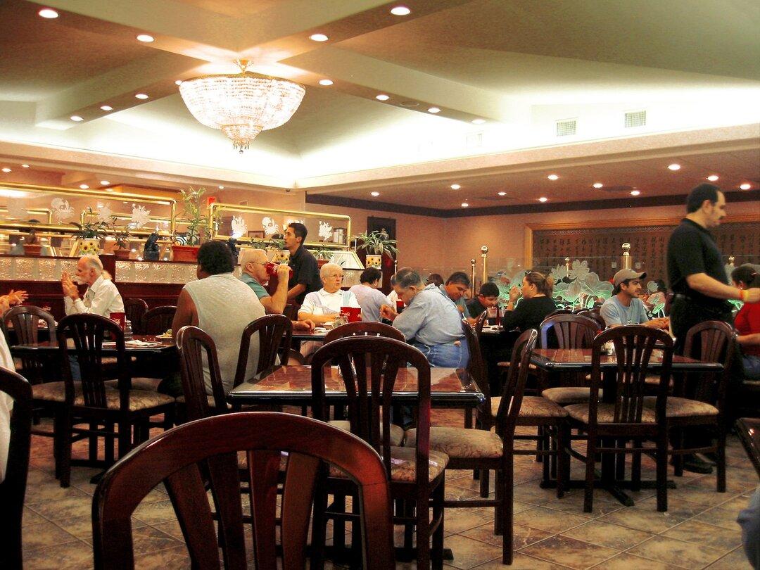 Московские рестораторы попросили Собянина отменить штрафы за работу без перчаток