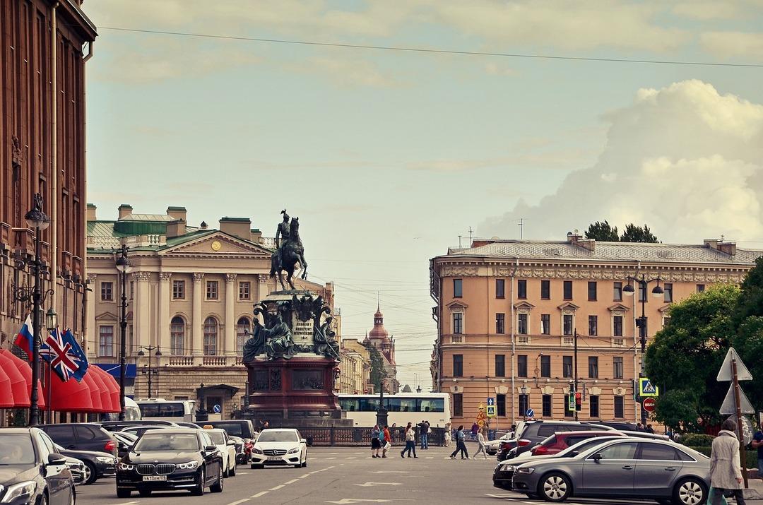 В Петербурге ввели обязательную вакцинацию 80% работников госпредприятий и сферы услуг