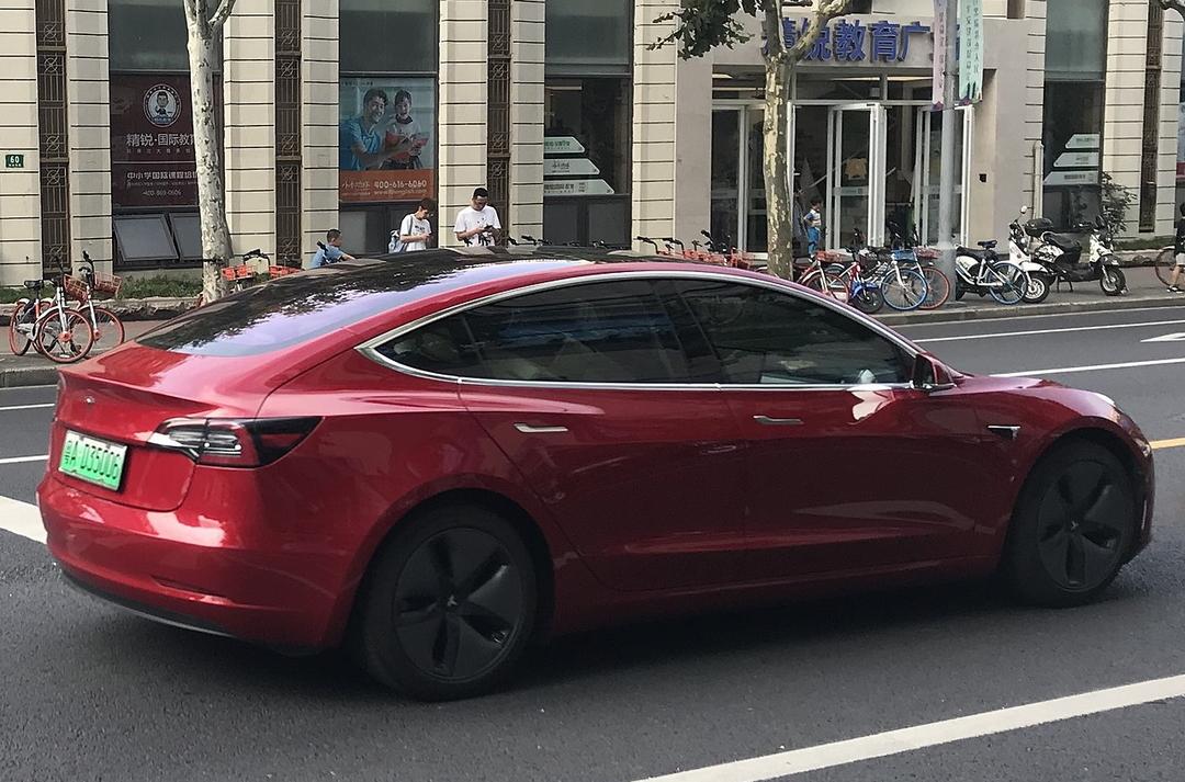 Поставки электрокаров Tesla в Китай рухнули на 70% после скандалов с автопилотом и слежкой через камеры