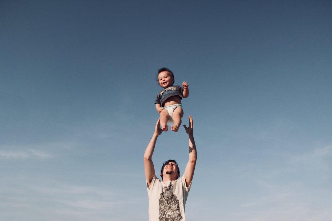 Отцам детей от суррогатных матерей пообещали маткапитал с 2022 года