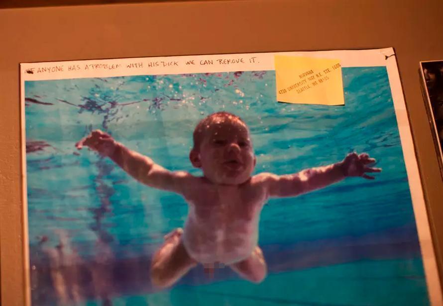 Младенец с обложки Nirvana потребовал удалить с фотографии его гениталии