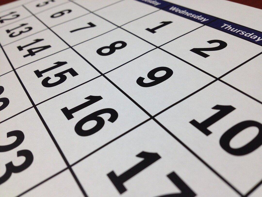 Названы самые продуктивные для россиян время года и день недели