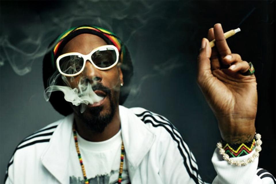 Люди курящие коноплю лампы растений марихуаны
