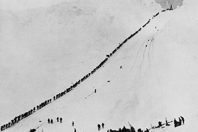 Старатели преодолевают перевал Чилкут, 1898 г.